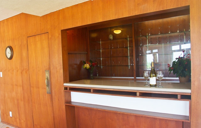 Paradise hideaways hawaii beachfront rentals reservations for Wet bar in living room